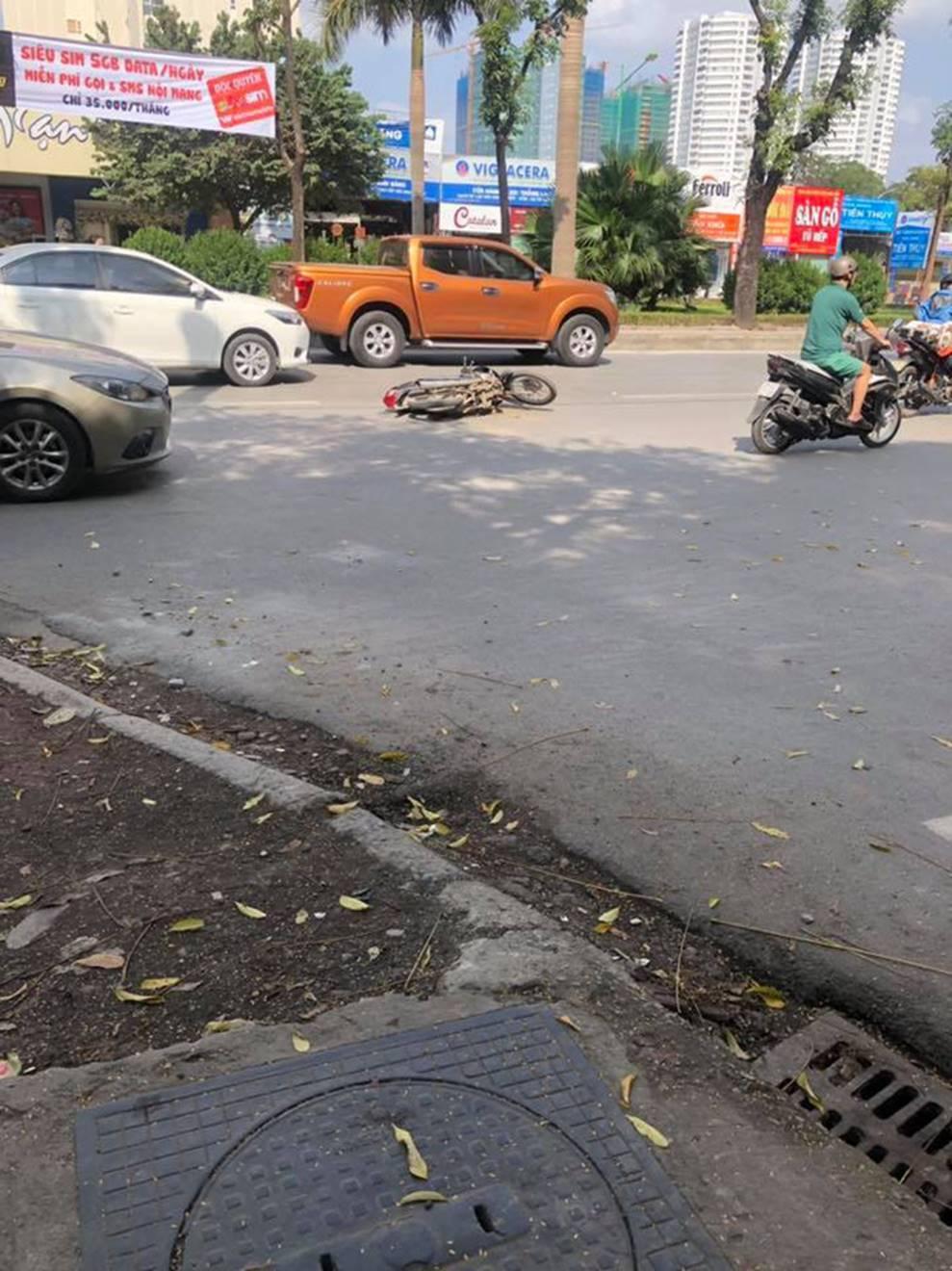 Hà Nội: Gây tai nạn, ô tô lao lên vỉa hè bỏ chạy rồi tông đổ hàng loạt xe máy-1