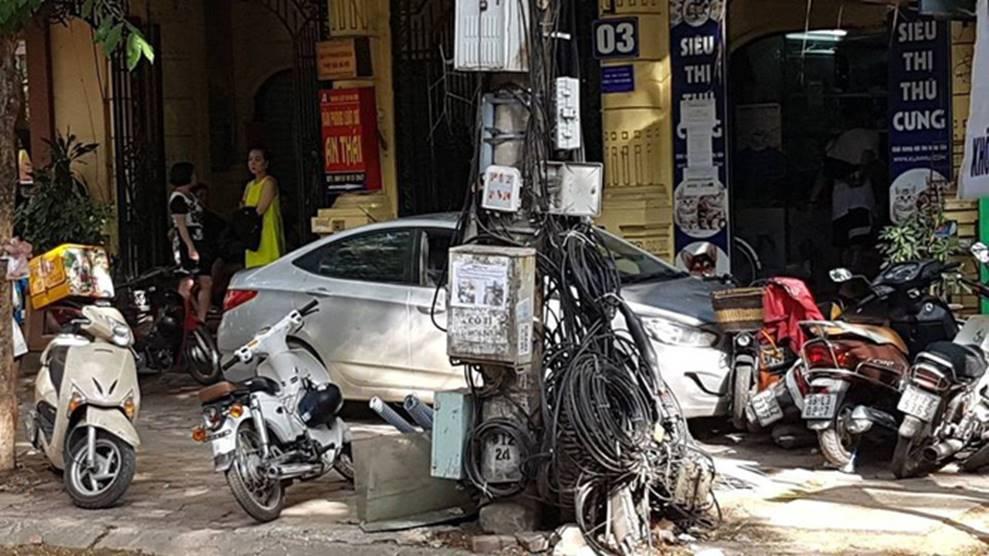 Hà Nội: Gây tai nạn, ô tô lao lên vỉa hè bỏ chạy rồi tông đổ hàng loạt xe máy-2