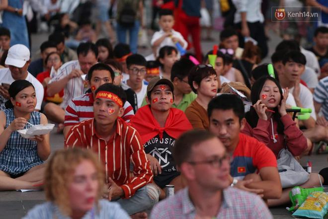 Hàng triệu CĐV đổ ra đường ăn mừng chiến thắng của đội tuyển Việt Nam trước Philippines trong trận bán kết lượt đi-31