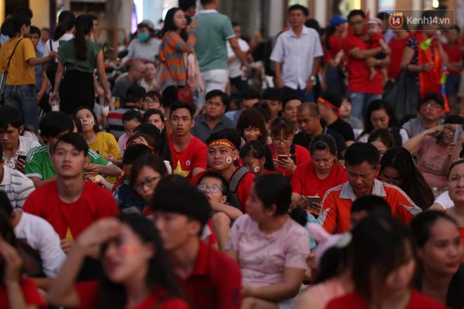 Hàng triệu CĐV đổ ra đường ăn mừng chiến thắng của đội tuyển Việt Nam trước Philippines trong trận bán kết lượt đi-30