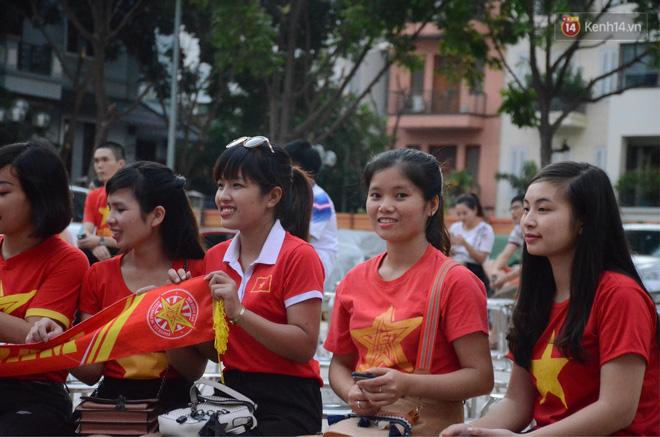 Hàng triệu CĐV đổ ra đường ăn mừng chiến thắng của đội tuyển Việt Nam trước Philippines trong trận bán kết lượt đi-41