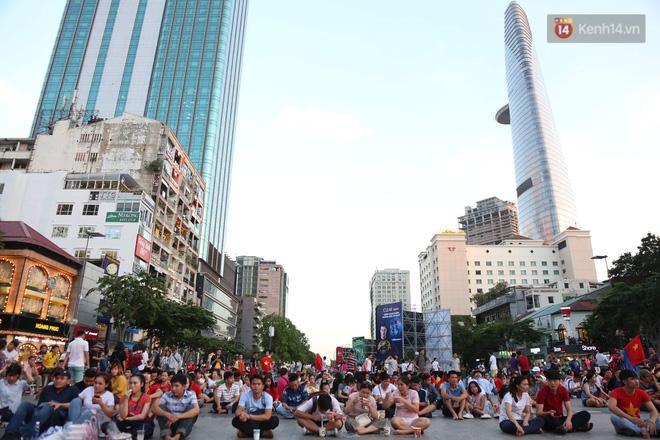 Hàng triệu CĐV đổ ra đường ăn mừng chiến thắng của đội tuyển Việt Nam trước Philippines trong trận bán kết lượt đi-32