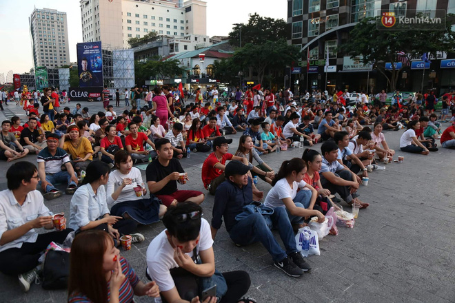 Hàng triệu CĐV đổ ra đường ăn mừng chiến thắng của đội tuyển Việt Nam trước Philippines trong trận bán kết lượt đi-33