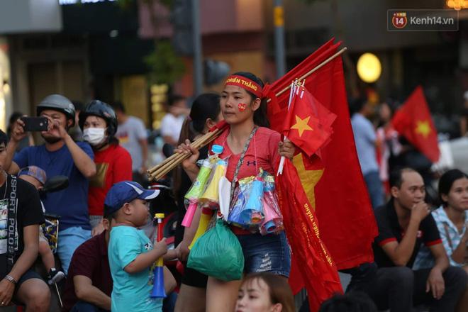 Hàng triệu CĐV đổ ra đường ăn mừng chiến thắng của đội tuyển Việt Nam trước Philippines trong trận bán kết lượt đi-36