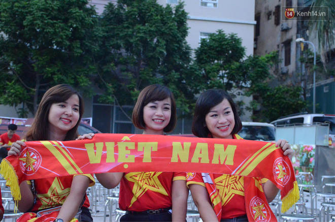 Hàng triệu CĐV đổ ra đường ăn mừng chiến thắng của đội tuyển Việt Nam trước Philippines trong trận bán kết lượt đi-40