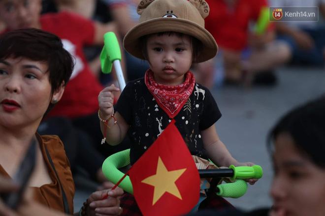 Hàng triệu CĐV đổ ra đường ăn mừng chiến thắng của đội tuyển Việt Nam trước Philippines trong trận bán kết lượt đi-37