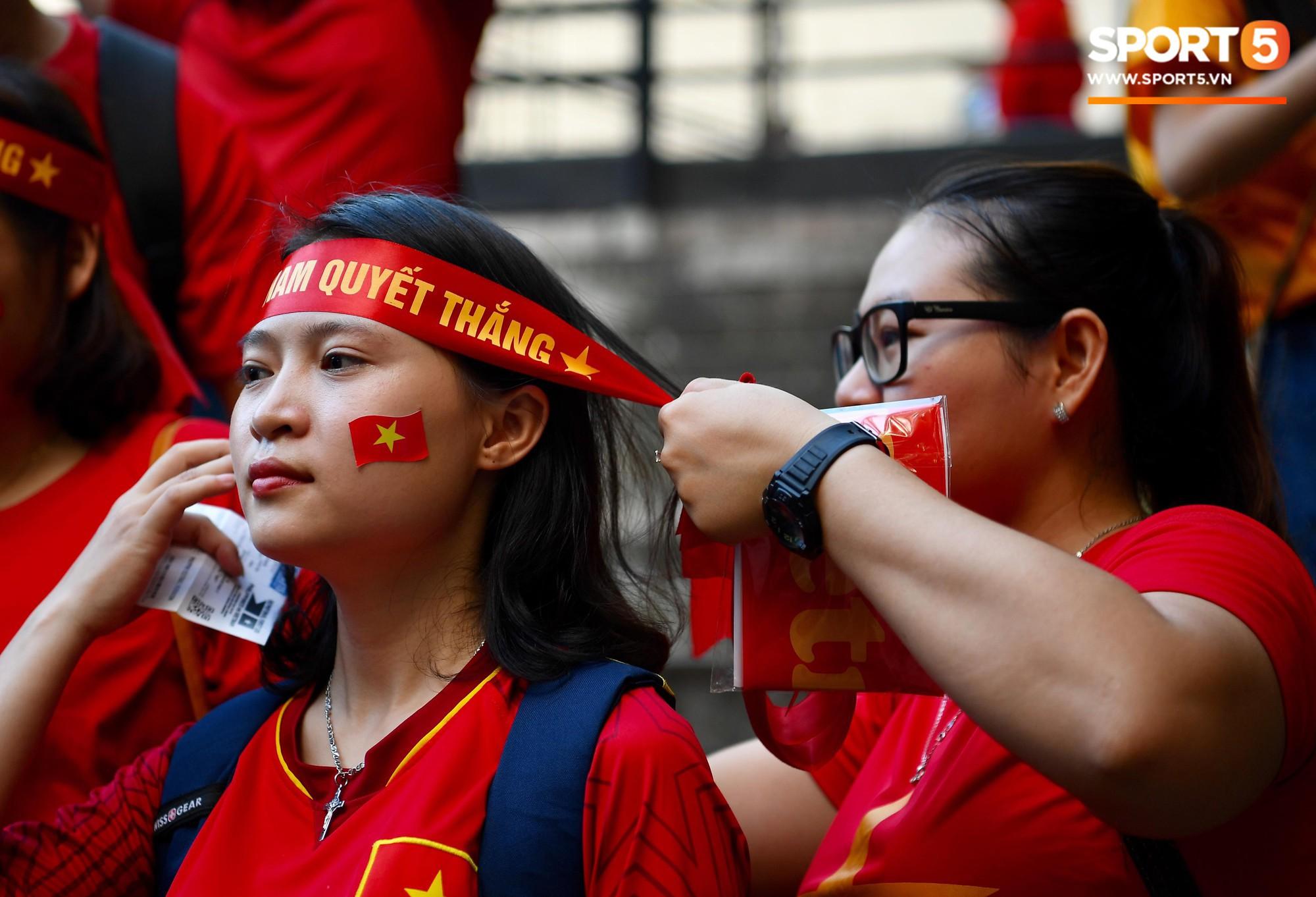 Những CĐV nữ xinh đẹp khiến trận bán kết lượt đi giữa ĐT Việt Nam - Philippines trở nên sôi động hơn bao giờ hết-4