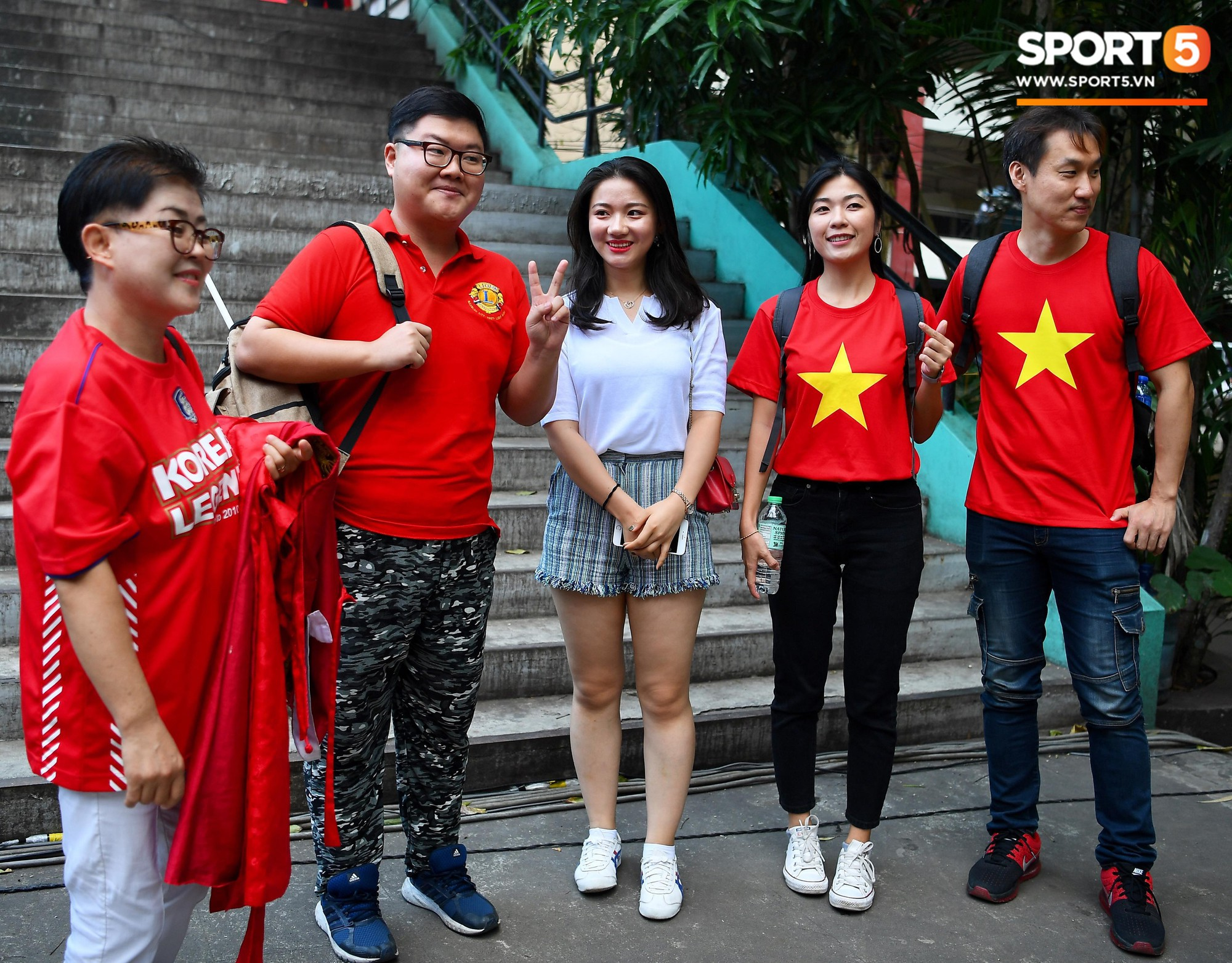 Những CĐV nữ xinh đẹp khiến trận bán kết lượt đi giữa ĐT Việt Nam - Philippines trở nên sôi động hơn bao giờ hết-2