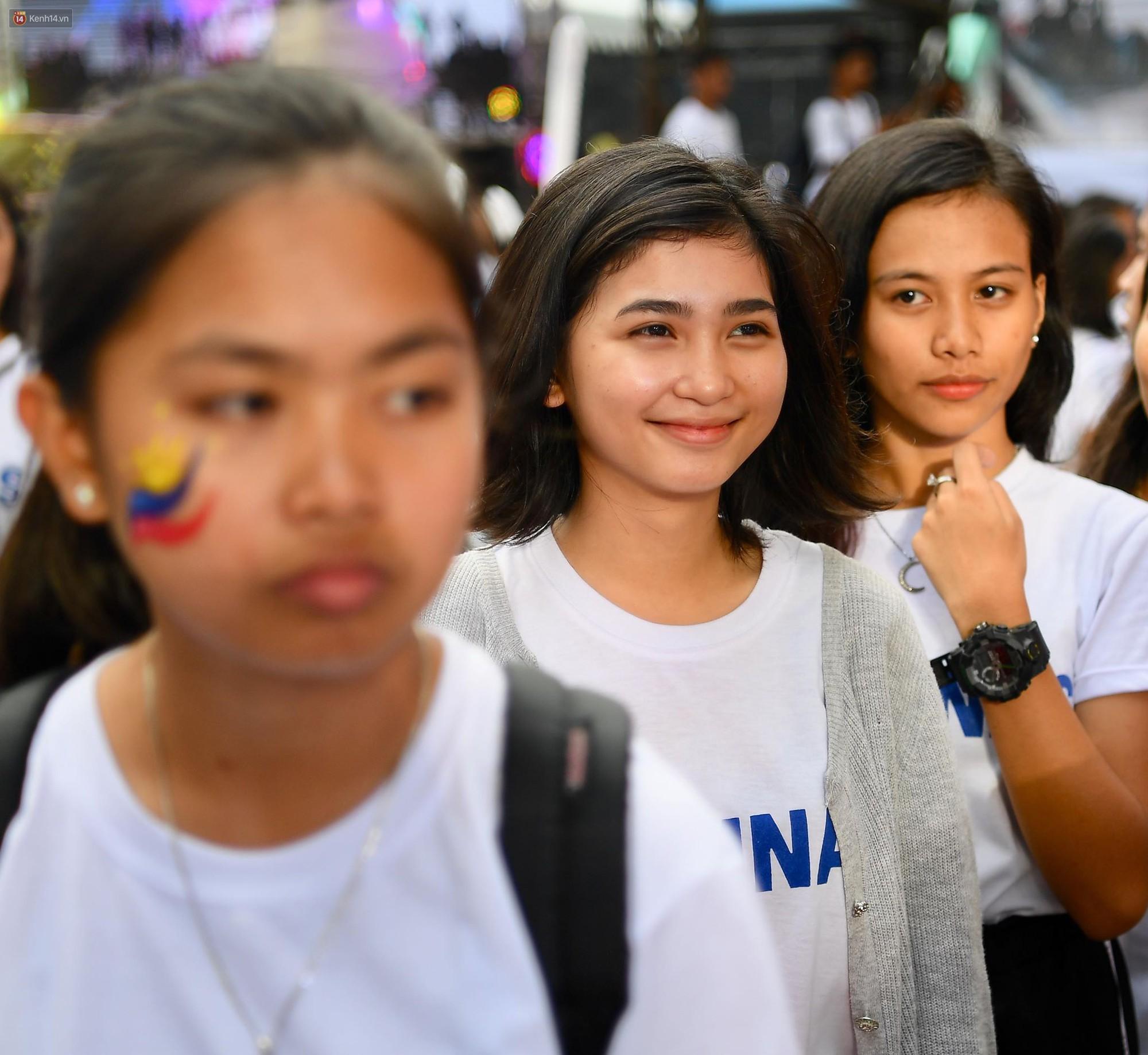 Những CĐV nữ xinh đẹp khiến trận bán kết lượt đi giữa ĐT Việt Nam - Philippines trở nên sôi động hơn bao giờ hết-5