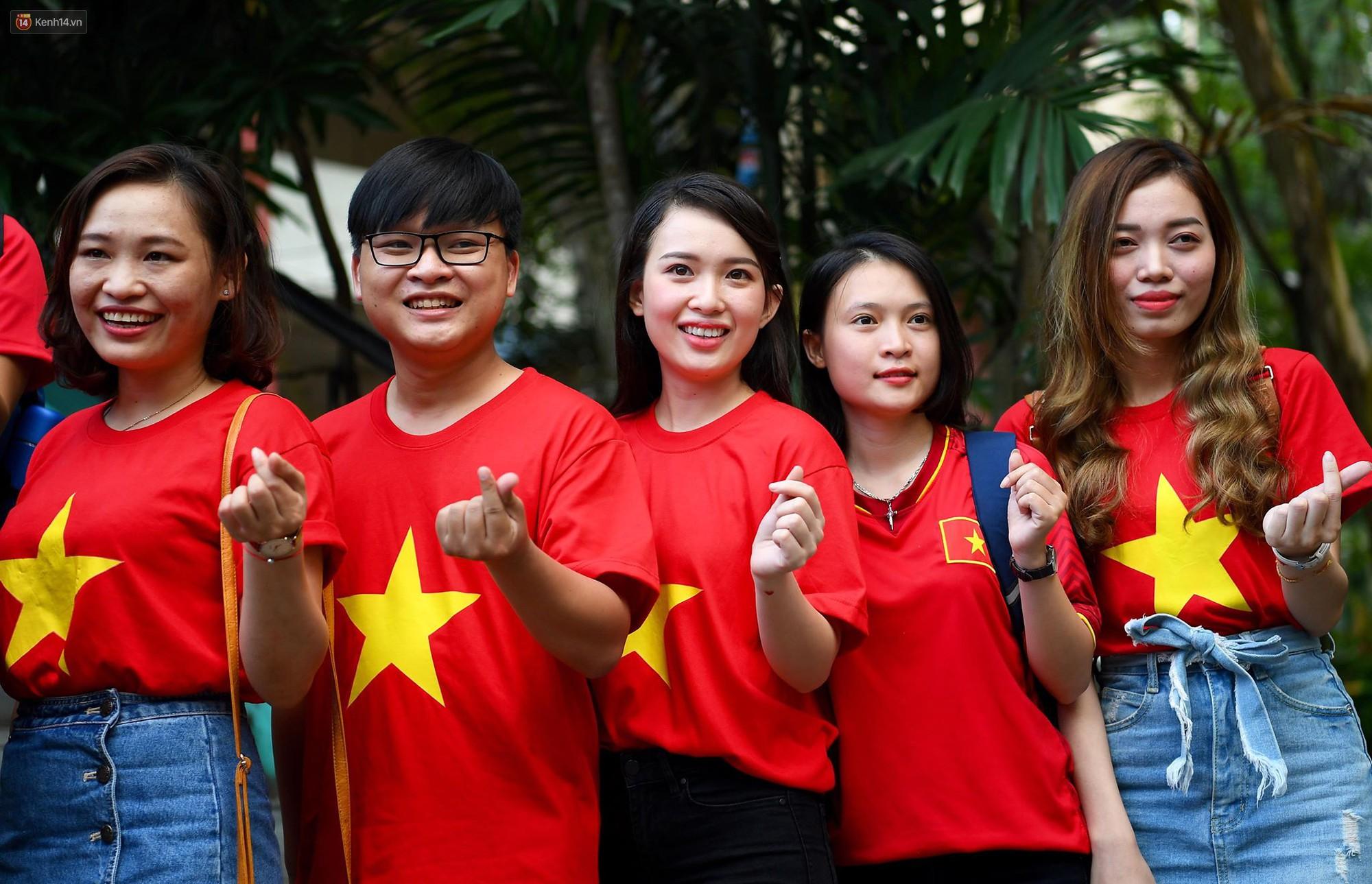 Những CĐV nữ xinh đẹp khiến trận bán kết lượt đi giữa ĐT Việt Nam - Philippines trở nên sôi động hơn bao giờ hết-9