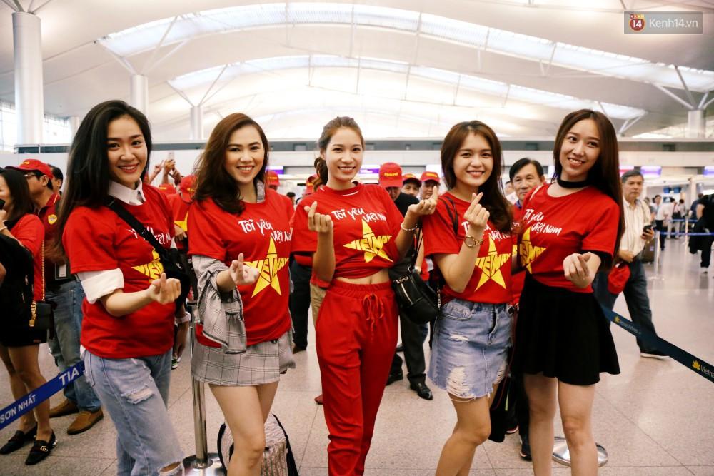 Những CĐV nữ xinh đẹp khiến trận bán kết lượt đi giữa ĐT Việt Nam - Philippines trở nên sôi động hơn bao giờ hết-1