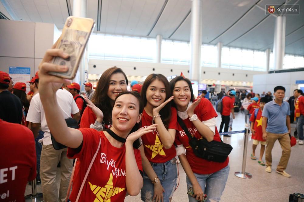 Những CĐV nữ xinh đẹp khiến trận bán kết lượt đi giữa ĐT Việt Nam - Philippines trở nên sôi động hơn bao giờ hết-11