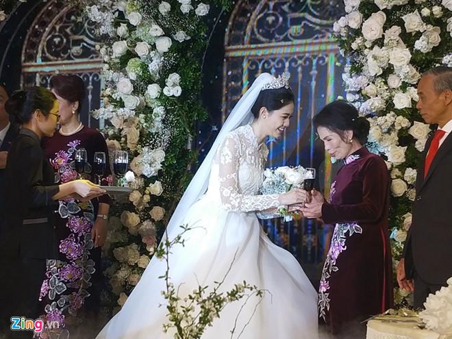 Bất ngờ: Nghi lễ đám cưới diễn ra nhanh gọn, Á hậu Thanh Tú nhường sân khấu cho bóng đá-9