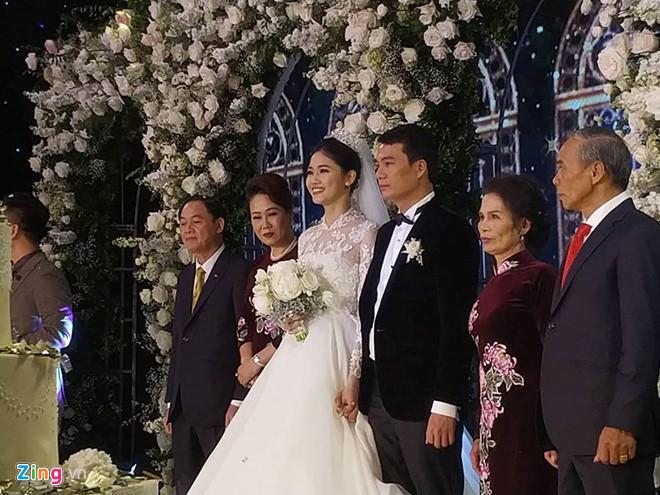 Bất ngờ: Nghi lễ đám cưới diễn ra nhanh gọn, Á hậu Thanh Tú nhường sân khấu cho bóng đá-6