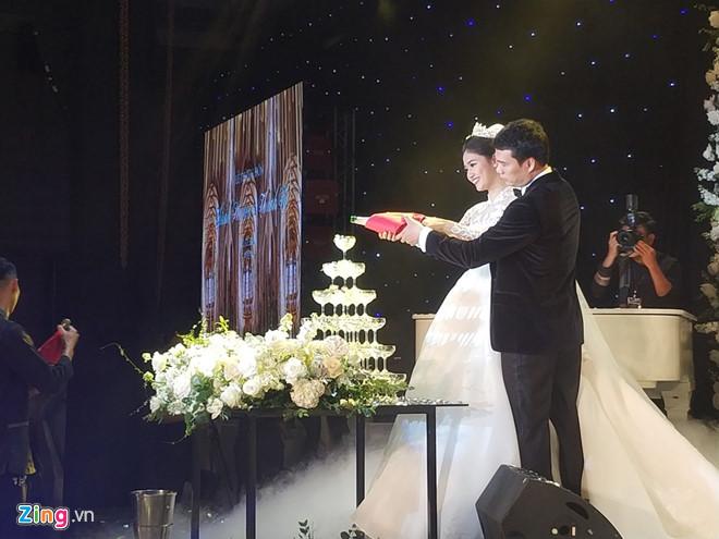 Bất ngờ: Nghi lễ đám cưới diễn ra nhanh gọn, Á hậu Thanh Tú nhường sân khấu cho bóng đá-8