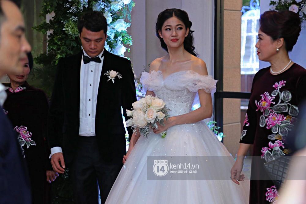 Bất ngờ: Nghi lễ đám cưới diễn ra nhanh gọn, Á hậu Thanh Tú nhường sân khấu cho bóng đá-11