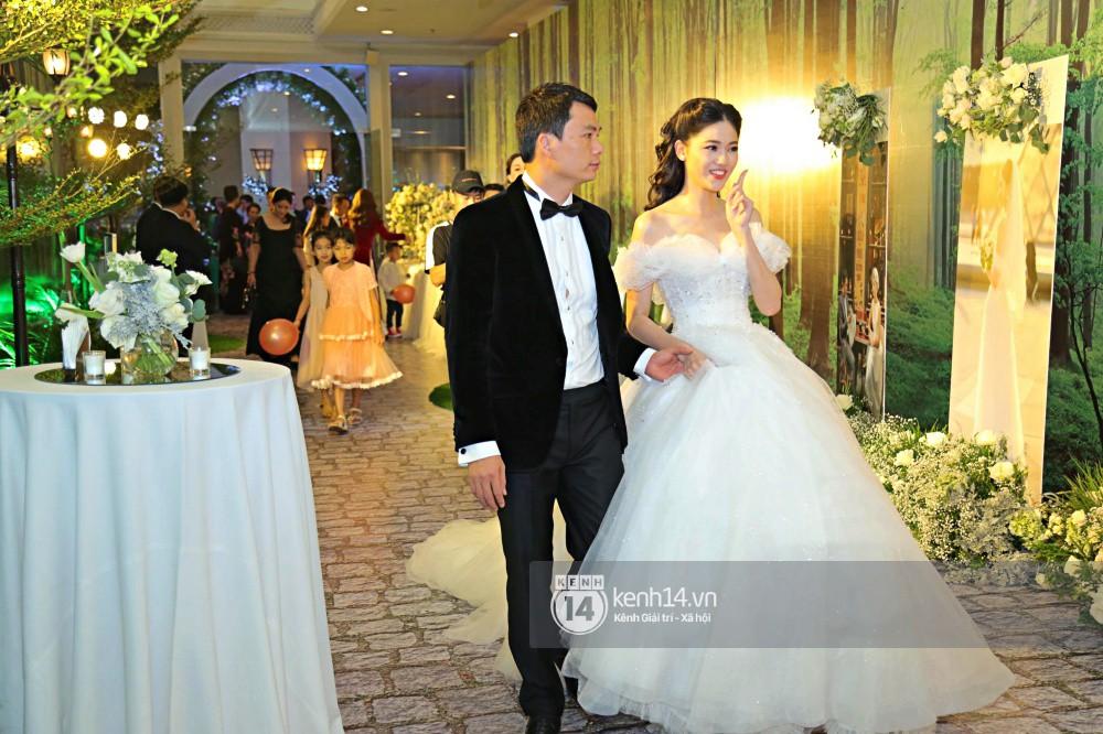 Bất ngờ: Nghi lễ đám cưới diễn ra nhanh gọn, Á hậu Thanh Tú nhường sân khấu cho bóng đá-10