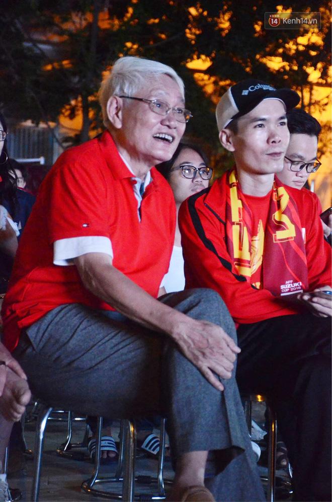 Hàng triệu CĐV đổ ra đường ăn mừng chiến thắng của đội tuyển Việt Nam trước Philippines trong trận bán kết lượt đi-27