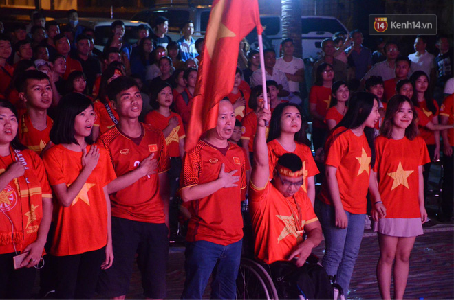 Hàng triệu CĐV đổ ra đường ăn mừng chiến thắng của đội tuyển Việt Nam trước Philippines trong trận bán kết lượt đi-26