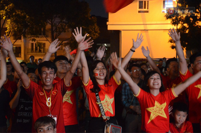 Hàng triệu CĐV đổ ra đường ăn mừng chiến thắng của đội tuyển Việt Nam trước Philippines trong trận bán kết lượt đi-24