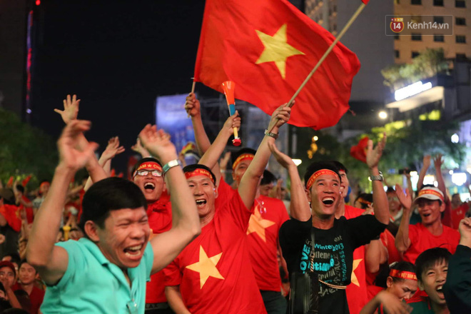 Hàng triệu CĐV đổ ra đường ăn mừng chiến thắng của đội tuyển Việt Nam trước Philippines trong trận bán kết lượt đi-19