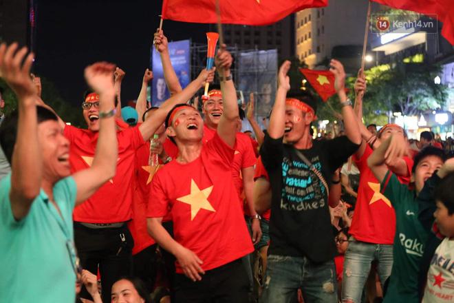 Hàng triệu CĐV đổ ra đường ăn mừng chiến thắng của đội tuyển Việt Nam trước Philippines trong trận bán kết lượt đi-20
