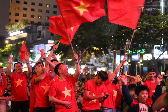 Hàng triệu CĐV đổ ra đường ăn mừng chiến thắng của đội tuyển Việt Nam trước Philippines trong trận bán kết lượt đi-22