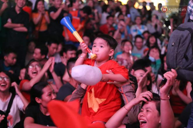 Hàng triệu CĐV đổ ra đường ăn mừng chiến thắng của đội tuyển Việt Nam trước Philippines trong trận bán kết lượt đi-23