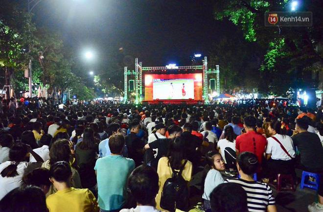 Hàng triệu CĐV đổ ra đường ăn mừng chiến thắng của đội tuyển Việt Nam trước Philippines trong trận bán kết lượt đi-18