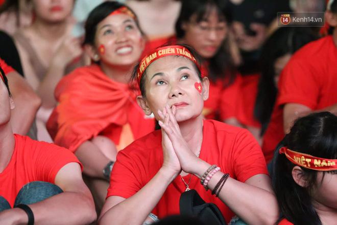 Hàng triệu CĐV đổ ra đường ăn mừng chiến thắng của đội tuyển Việt Nam trước Philippines trong trận bán kết lượt đi-17