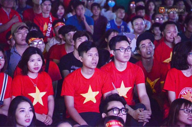 Hàng triệu CĐV đổ ra đường ăn mừng chiến thắng của đội tuyển Việt Nam trước Philippines trong trận bán kết lượt đi-15