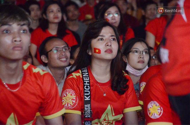 Hàng triệu CĐV đổ ra đường ăn mừng chiến thắng của đội tuyển Việt Nam trước Philippines trong trận bán kết lượt đi-13
