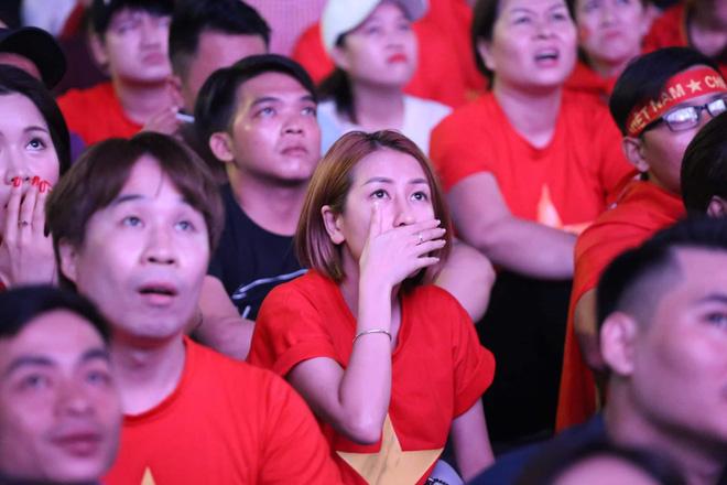 Hàng triệu CĐV đổ ra đường ăn mừng chiến thắng của đội tuyển Việt Nam trước Philippines trong trận bán kết lượt đi-10