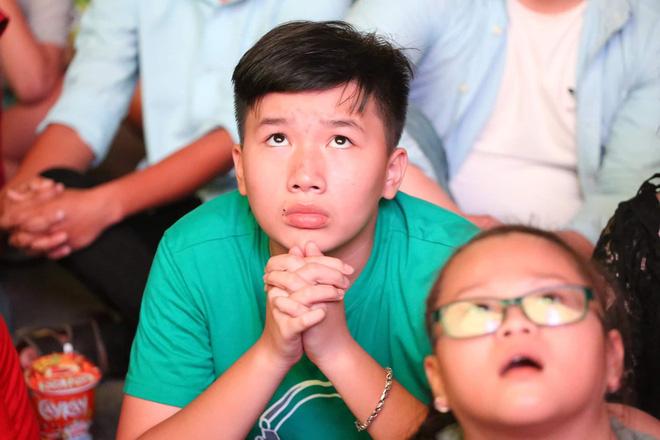 Hàng triệu CĐV đổ ra đường ăn mừng chiến thắng của đội tuyển Việt Nam trước Philippines trong trận bán kết lượt đi-12