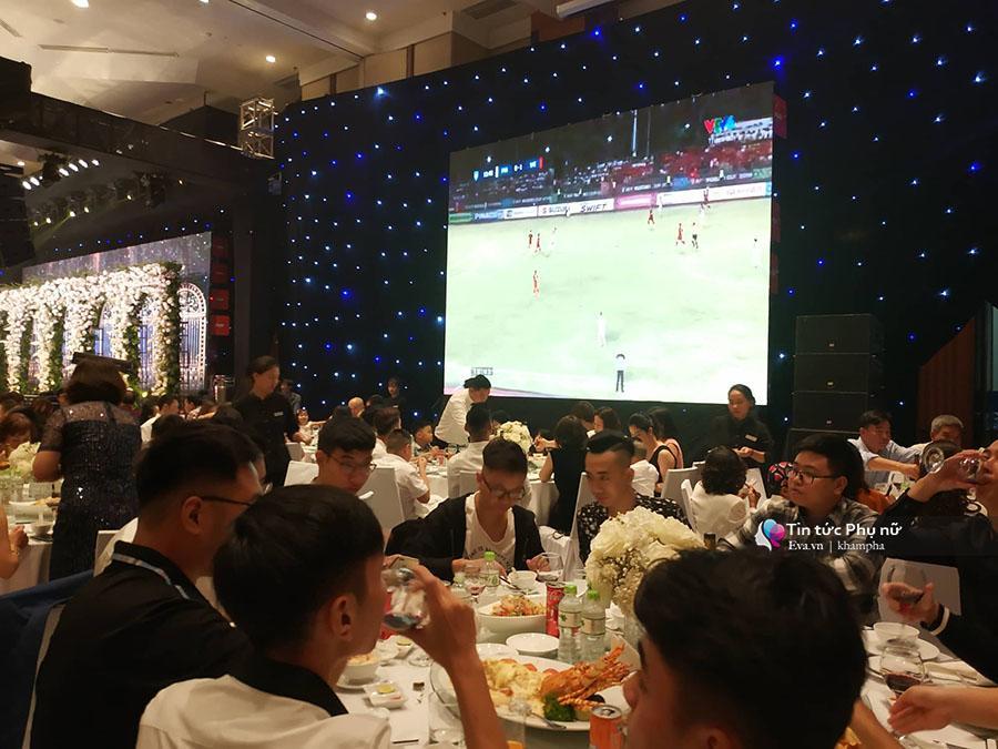 Bất ngờ: Nghi lễ đám cưới diễn ra nhanh gọn, Á hậu Thanh Tú nhường sân khấu cho bóng đá-1
