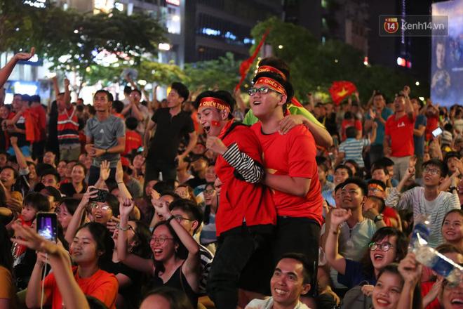 Hàng triệu CĐV đổ ra đường ăn mừng chiến thắng của đội tuyển Việt Nam trước Philippines trong trận bán kết lượt đi-7