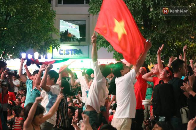 Hàng triệu CĐV đổ ra đường ăn mừng chiến thắng của đội tuyển Việt Nam trước Philippines trong trận bán kết lượt đi-4