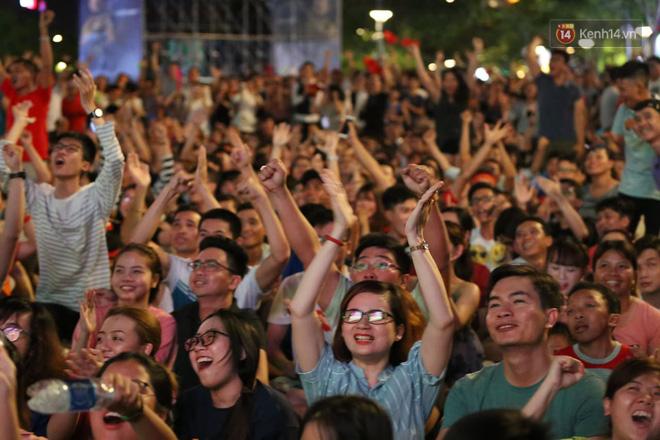Hàng triệu CĐV đổ ra đường ăn mừng chiến thắng của đội tuyển Việt Nam trước Philippines trong trận bán kết lượt đi-5