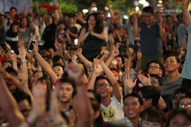 Hàng triệu CĐV đổ ra đường ăn mừng chiến thắng của đội tuyển Việt Nam trước Philippines trong trận bán kết lượt đi-6
