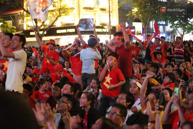 Hàng triệu CĐV đổ ra đường ăn mừng chiến thắng của đội tuyển Việt Nam trước Philippines trong trận bán kết lượt đi-8