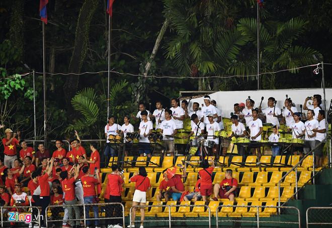 Cổ động viên Việt Nam bức xúc vì bị ban tổ chức sân Panaad gây khó dễ-2