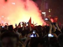 Hàng triệu CĐV đổ ra đường ăn mừng chiến thắng của đội tuyển Việt Nam trước Philippines trong trận bán kết lượt đi