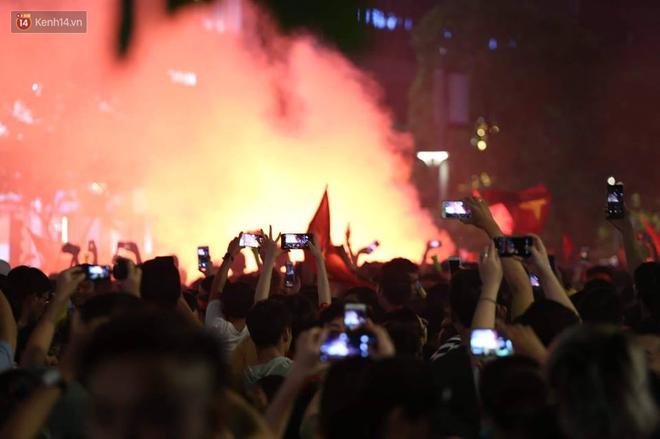 Hàng triệu CĐV đổ ra đường ăn mừng chiến thắng của đội tuyển Việt Nam trước Philippines trong trận bán kết lượt đi-1
