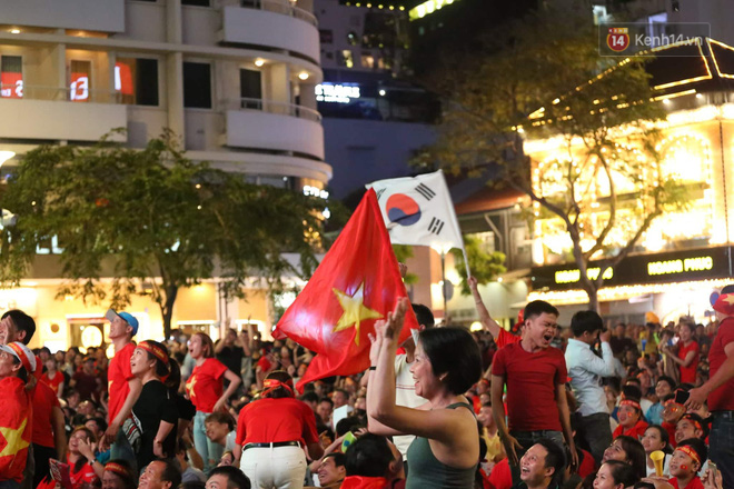 Hàng triệu CĐV đổ ra đường ăn mừng chiến thắng của đội tuyển Việt Nam trước Philippines trong trận bán kết lượt đi-2