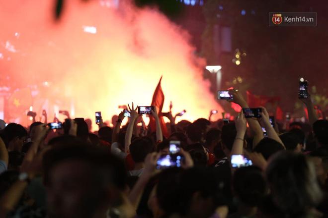 Hàng triệu CĐV đổ ra đường ăn mừng chiến thắng của đội tuyển Việt Nam trước Philippines trong trận bán kết lượt đi-3