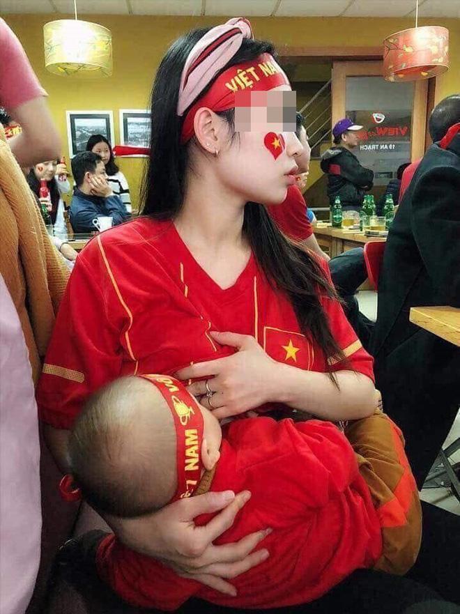 Vừa cổ vũ ĐT Việt Nam vừa cho con bú - hình ảnh về nữ CĐV đặc biệt nhất trong tối hôm nay-1