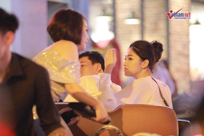 Á hậu Thanh Tú và đại gia hơn 16 tuổi tình tứ tại phố đi bộ sau tiệc cưới-1