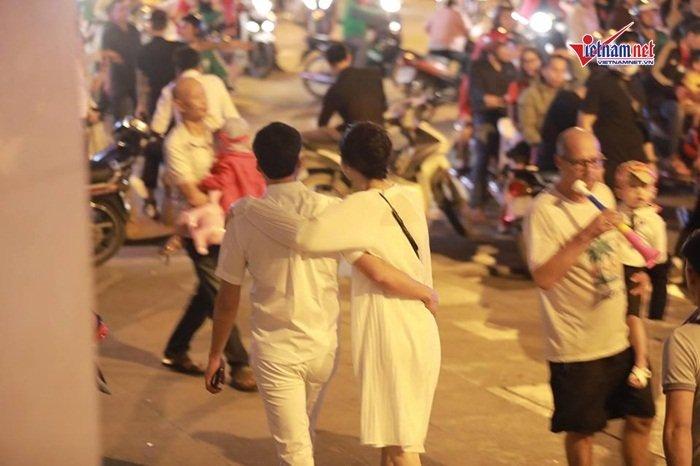 Á hậu Thanh Tú và đại gia hơn 16 tuổi tình tứ tại phố đi bộ sau tiệc cưới-7