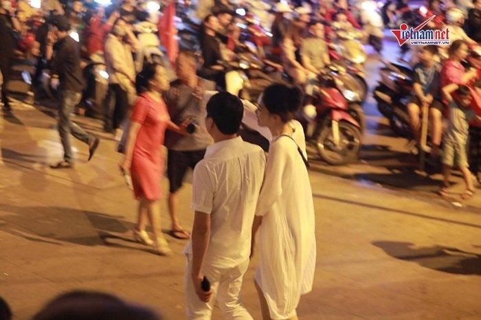 Á hậu Thanh Tú và đại gia hơn 16 tuổi tình tứ tại phố đi bộ sau tiệc cưới-6