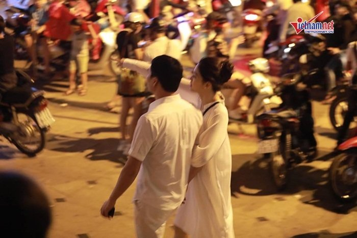 Á hậu Thanh Tú và đại gia hơn 16 tuổi tình tứ tại phố đi bộ sau tiệc cưới-5